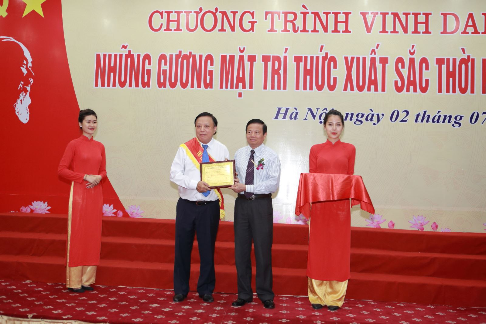 Nhà giáo ưu tú Ngô Trần Ái được vinh danh Những gương mặt trí thức xuất sắc thời kỳ đổi mới