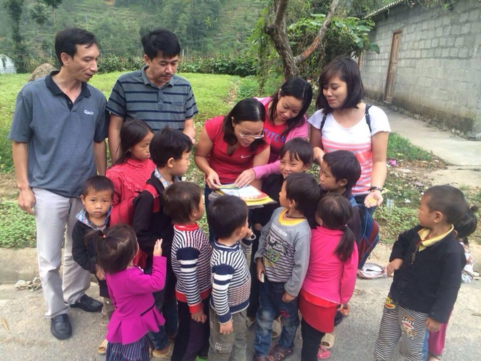 Công ty CP Sách và TBGD miền Bắc trao quà cho Làng trẻ em SOS tỉnh Điện Biên